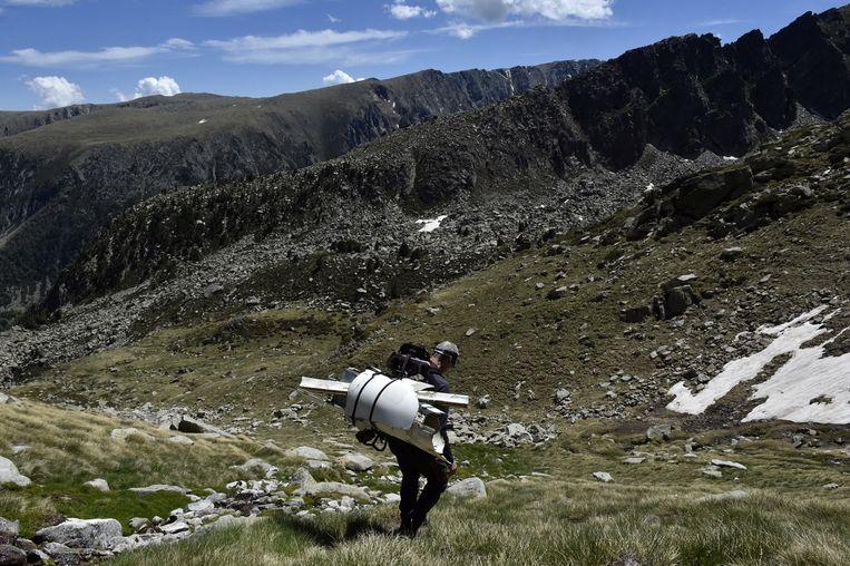 Van koelkasten tot gereedschap en zelfs wrakstukken van een vliegtuig (foto). Op zoek naar afval maakt de Fransman Jimmy Vial lange wandeltochten door de Franse Pyreneeën. Hij neemt zijn vondsten in een speciale rugzak mee terug naar de bewoonde wereld en heeft zo al 1,7 ton aan metalen voorwerpen verzameld.  Beeld Hollandse Hoogte / AFP
