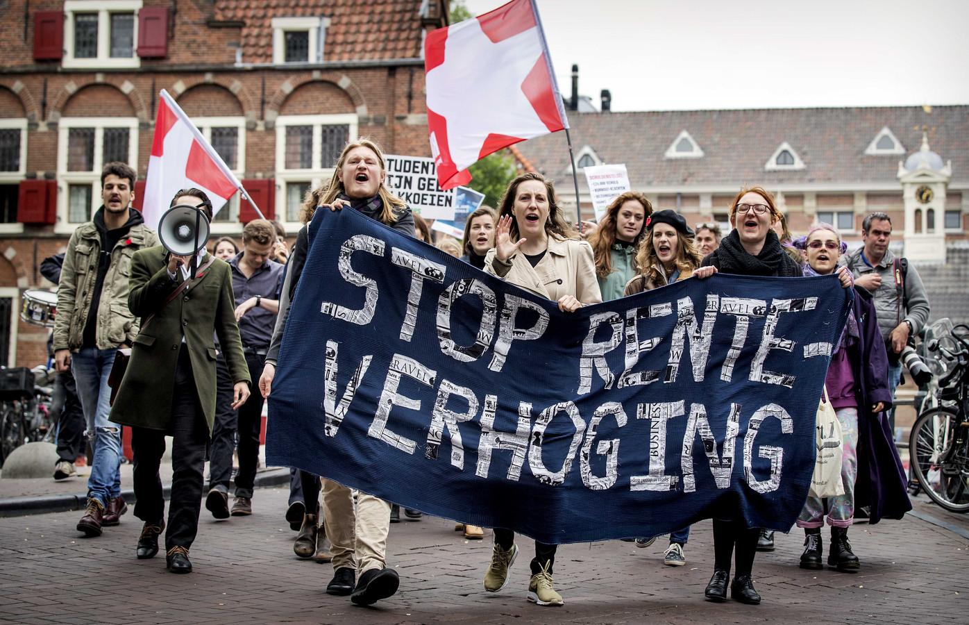 Studenten demonstreerden eerder tegen de voorgenomen verhoging van de rente op studieleningen.