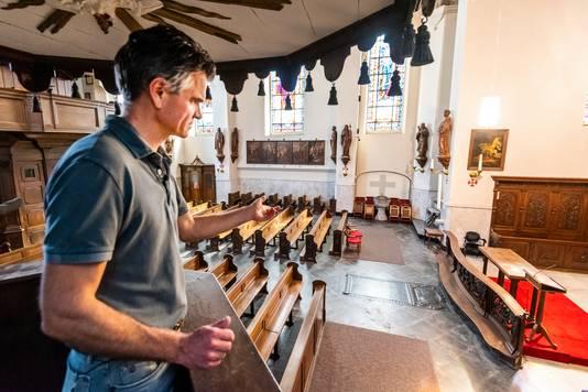 Koster van de Luciakerk Erik Soedt laat het interieur van de kerk zien