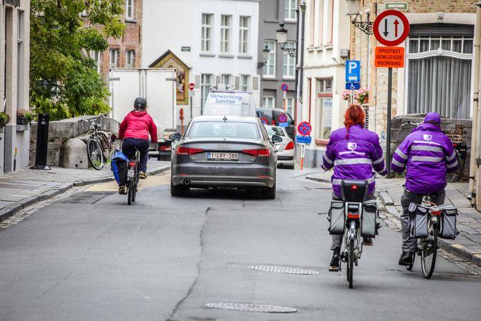 Fietsers inhalen in Brugge mag nog wel, maar je moet eigenlijk 1 meter afstand kunnen houden.