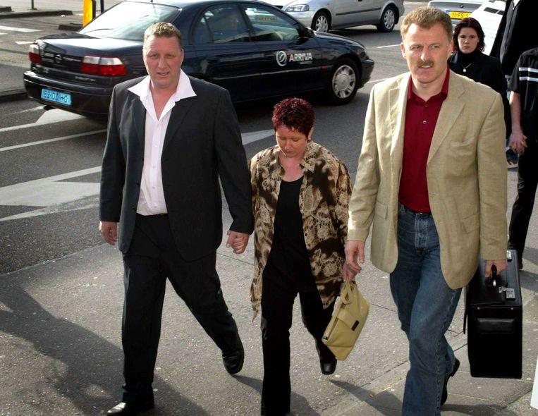 Herman Dubois arriveert met zijn echtgenote en Peter R. de Vries bij het gerechtshof in Leeuwarden. Beeld ANP