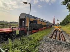 Dubbeldeks treinstel op dieplader van Roosendaal naar Politieacademie Ossendrecht