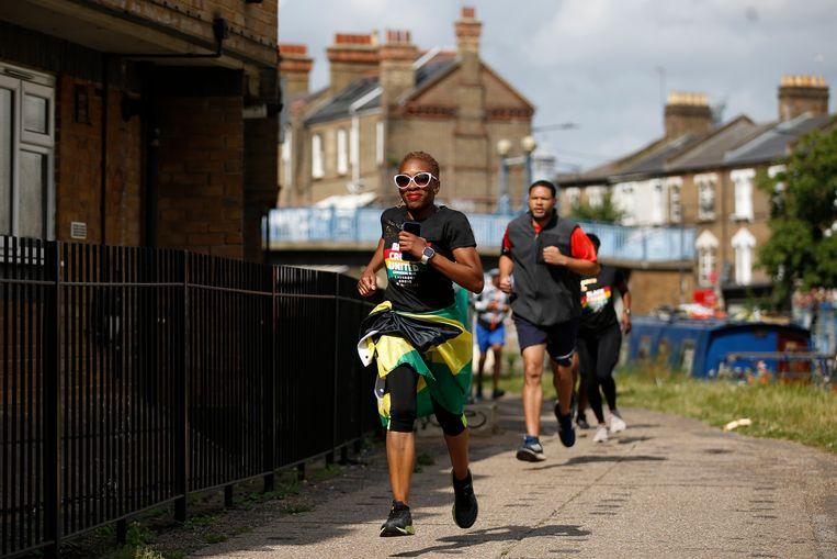 De Emancipated Run Crew rent het parcours van het Caribisch carnaval in de Londense wijk Notting Hill. Vanwege de pandemie is de optocht dit jaar voor de tweede keer geannuleerd. Deelnemers aan het gesponsorde hardloopevenement halen geld op voor de lokale strijd tegen geweld, in het bijzonder met messen. Beeld Getty Images