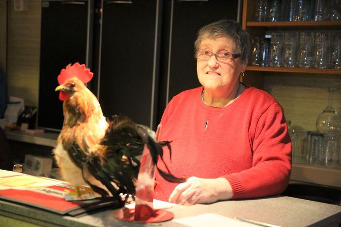 Paulette Massaer staat vijftig jaar achter de toog van café In de Kiek in Vlezenbeek.