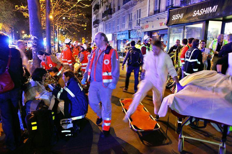 Getuigen van de schietpartij in concertzaal Bataclan worden opgevangen. Beeld ap