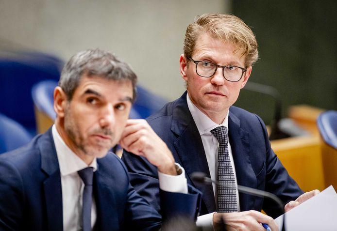 Staatssecretaris Paul Blokhuis (Volksgezondheid) en minister Sander Dekker (Rechtsbescherming) tijdens het debat over de fouten die zijn gemaakt rond de Amsterdamse metromoord.