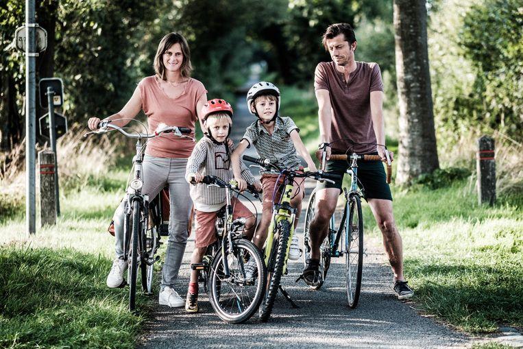 Leen Meuleman uit Sint-Gillis-Waas laat haar kinderen enkel onder begeleiding naar school fietsen. Ze maakt zich vooral zorgen over de luchtkwaliteit in de regio.  Beeld bob van mol