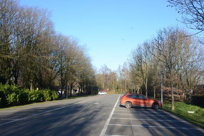 De parking aan de begraafplaats wordt uitgebreid met 33 plaatsen zodat er voldoende capaciteit is voor zowel de sportzone als het kerkhof.