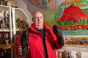 Jan Bark zag alle 26 edities van het Wintercircus tenminste een voorstelling. Hij toont de schoenen waarin grondlegger Wim Zomer jarenlang de piste betrad.