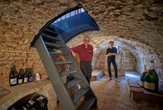 Ad van Drunen (links) en Theo Audenaerd in een van de meer dan honderd kelders in Ravenstein die ze te boek hebben gesteld.