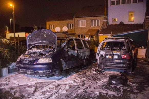 's Nachts werd één van de wagens van het gezin zelfs in brand gestoken. Een wagen die ernaast geparkeerd stond, ging ook in vlammen op.