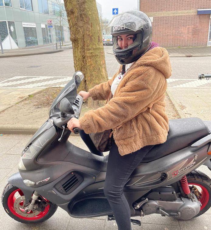 Aysegül op haar scooter voordat-ie werd gestolen.