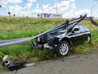 BMW belandt in vangrail op E403: Als bij wonder geen zwaargewonden