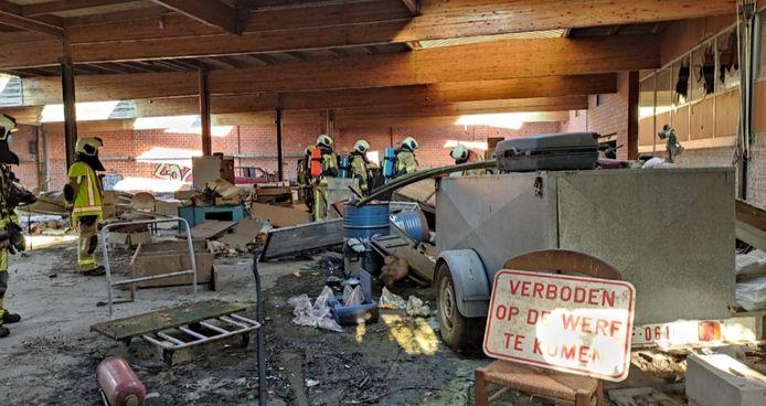 Enkele jongeren staken een stoel in brand in een leegstaand fabrieksgebouw in de Poedermagazijnstraat in Menen
