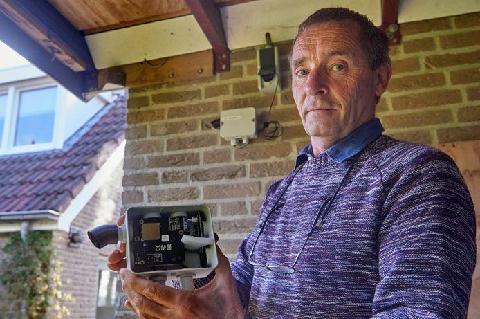 Piet van Schijndel, voorzitter van Samen meten Meierijstad, toont zijn meetsensor.