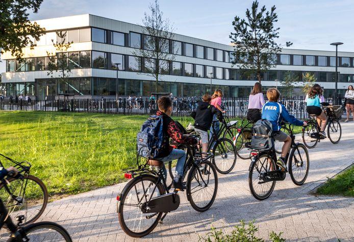 De eerste leerlingen arriveren bij het nieuwe Dr. Knippenbergcollege in Helmond.