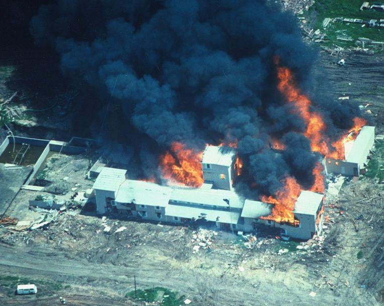 Op 19 april 1993 kwam een eind aan de belegering van de schuilplaats van sekteleider David Koresh in Waco, Texas. Het FBI brandde de schuilplaats uit, er vielen 76 doden.