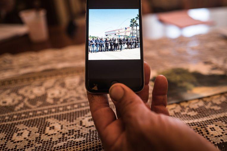 Giannuzzi Ippazio toont het boerenprotest op zijn smartphone. Beeld Nicola Zolin