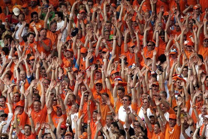 Een massale wave tijdens een wedstrijd van het Nederlands elftal. Tijdens het experiment in de Kuip worden vier camera's in het Rotterdamse stadion geplaatst die de dubbele wave registreren. foto ANP/Ed Oudenaarden