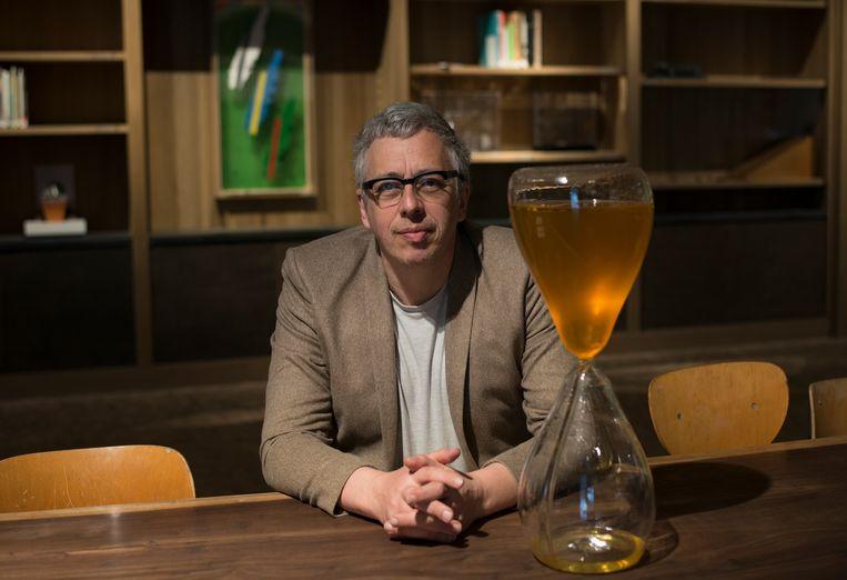 Bart De Baere, bij een honingklok van de Japanse kunstenares Suchan Kinoshita. Beeld rv