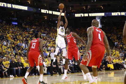 Kevin Durant van de Golden State Warriors schiet tegen drie verdedigers van de Houston Rockets.