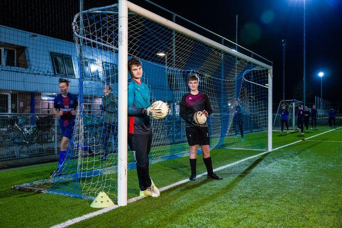 Luuk Hooff (links) en Jari Kivits zijn de keepers van het vierde juniorenteam van RKDVC in Drunen.