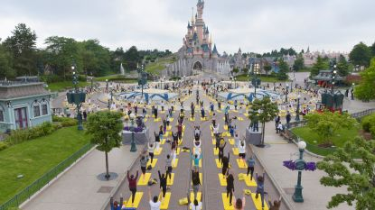 Disneyland Paris kleurt geel voor 'Wereld Yoga Dag'