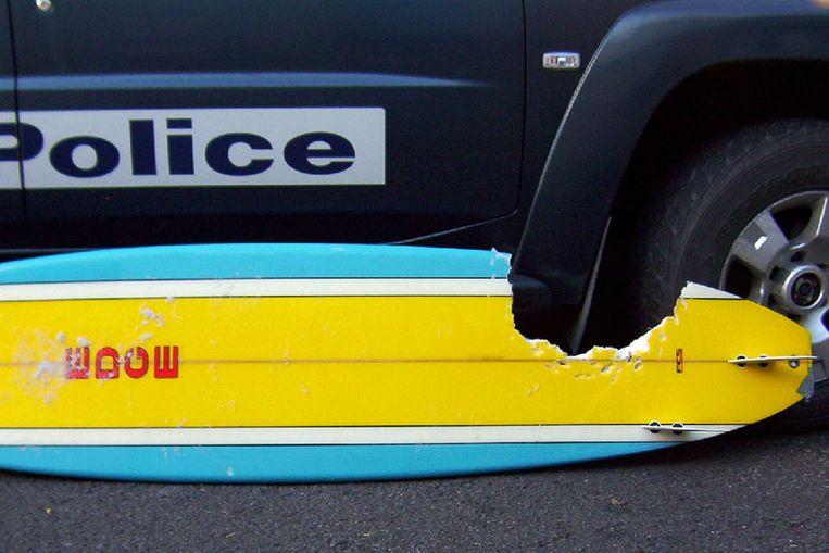 Een surfboard na een aanval van een haai. (AFP) Beeld null