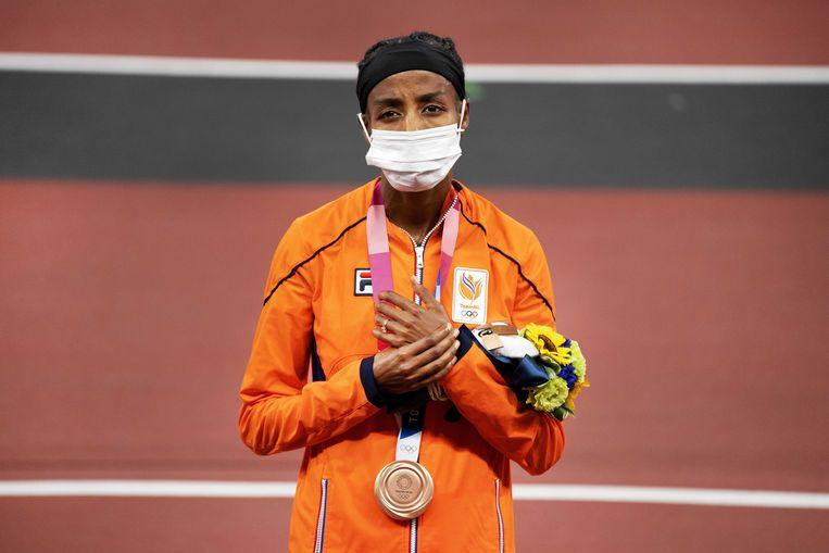 Sifan Hassan met de bronzen medaille op de 1500 meter. Beeld ANP