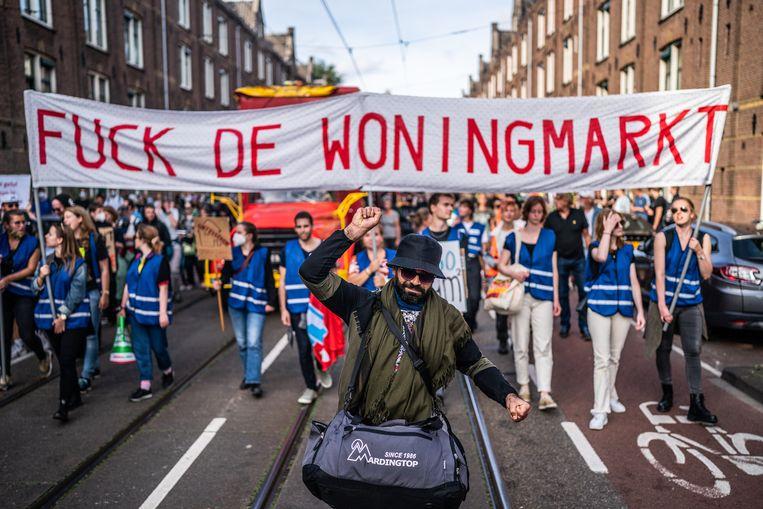 In Amsterdam wordt geprotesteerd tegen de hoge huur- en huizenprijzen en het tekort aan woningen.  Beeld Joris van Gennip