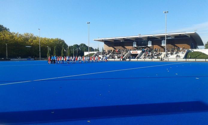 De mannen van HC Zwolle en HBS betreden het veld