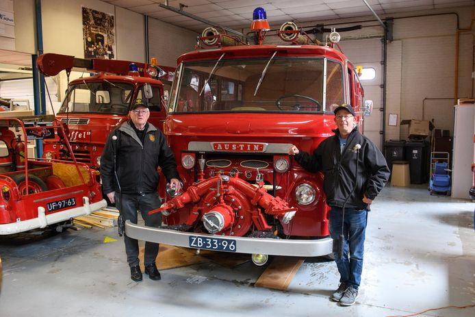 Herman Kistemaker (links) en Gertie Voskamp bij de nieuwste aanwinst van het museum: een Austin brandweerwagen uit 1964.  Het voertuig deed 22 jaar lang dienst in Hendrik-Ido-Ambacht.