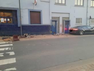 Hebben onze Duivels hier levens gered? Porsche rijdt terras van café 't Leeuwke aan gort, maar iedereen zit gelukkig binnen om... EK te kijken