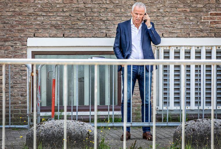 Peter R. de Vries aan de telefoon na  de uitspraak in de strafzaak tegen Willem Holleeder, in juli 2019.  Beeld Raymond Rutting