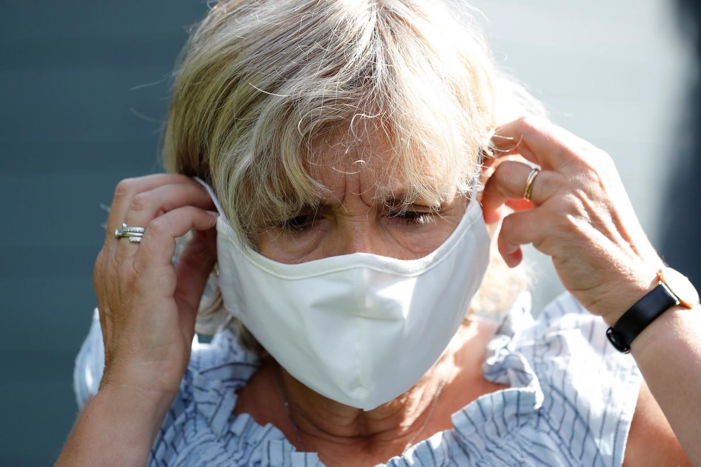 De nanodeeltjes zilver en titaandioxide die in de stoffen maskers van de overheid zijn gevonden, zouden schadelijk kunnen zijn voor de longen en de luchtwegen. Beeld Photo News