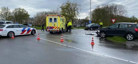 Twee personenauto's klappen op elkaar op N218 in Brielle; 88-jarige man raakt gewond