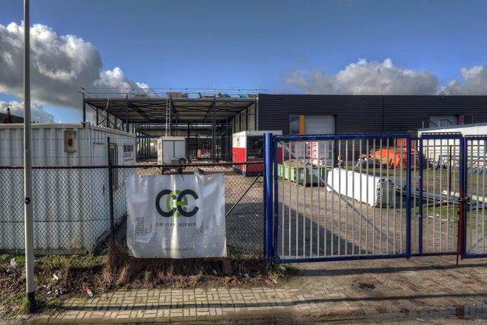 Het stalen karkas van de nieuwbouw van het Facilitair Bedrijf, ROC en ZuidWest TV. Het bestuur had de gemeente om extra geld gevraagd voor de inrichting van de nieuwbouw.