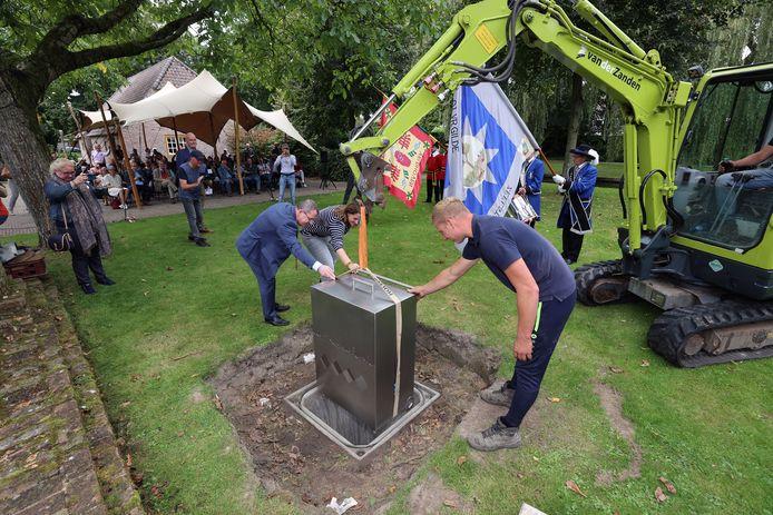 Bij de opening van de expositie 100 jaar Veldhoven wordt in de tuin van Museum 't Oude Slot een tijdcapsule begraven.