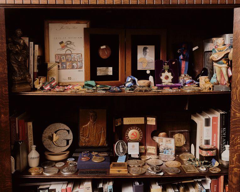 In een kastje bewaart de viroloog zijn souvenirs en medailles. Beeld JOE HART