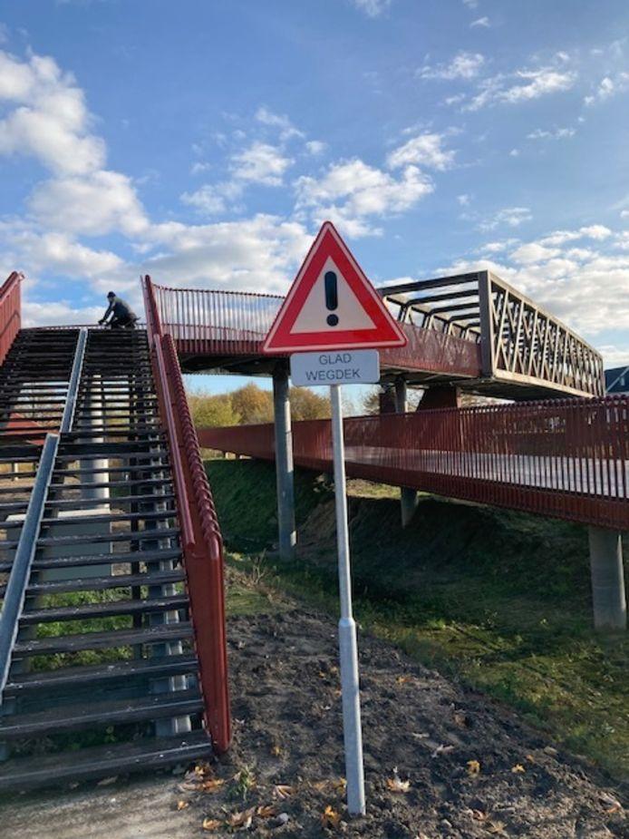 Een van de waarschuwingsborden bij de brug.