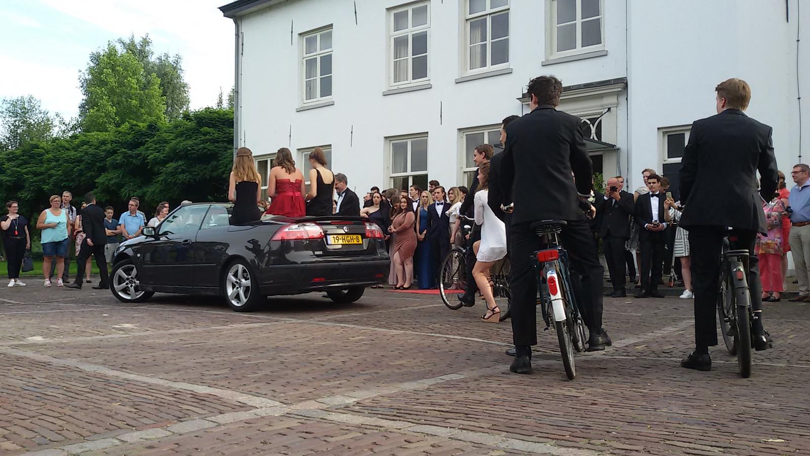 In een gemêleerde stoet aan vervoermiddelen arriveren de gediplomeerden van Gymnasium Beekvliet bij De Ruwenberg