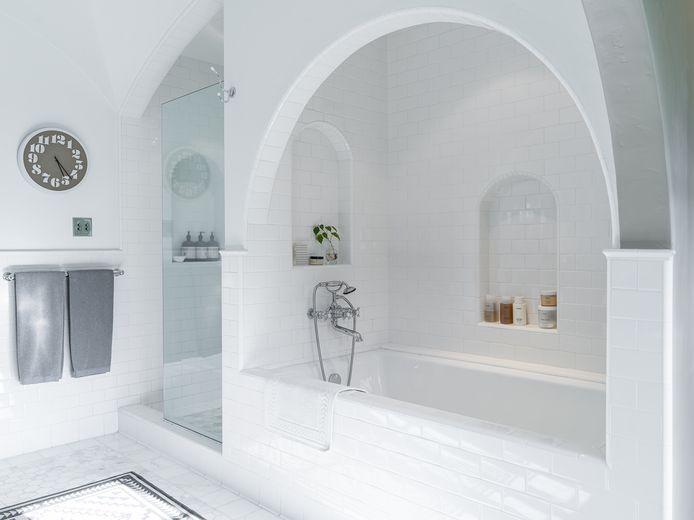 La villa compte plusieurs points d'eau, dont cette impressionnante salle de bain minimaliste.