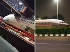 Un avion coincé sous un pont
