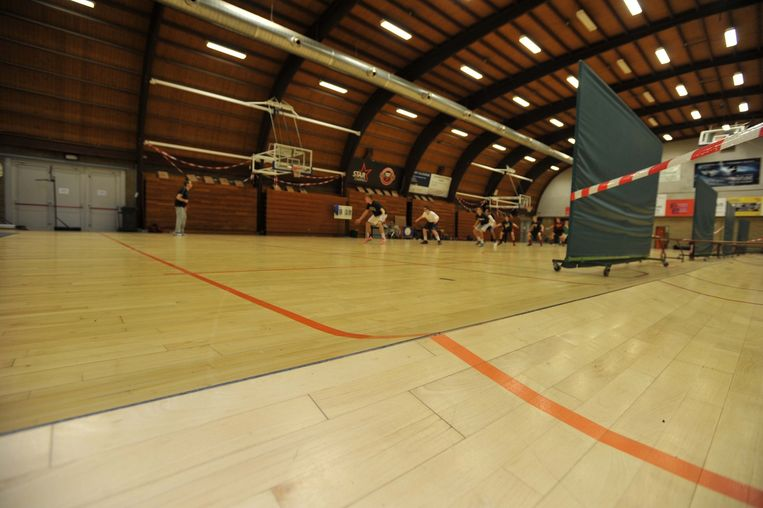 Het is niet de eerste keer dat de parketvloer van de sporthal op het Slachthuisplein naar boven komt, maar nu kan basketploeg BAVI daardoor haar matchen niet afwerken.