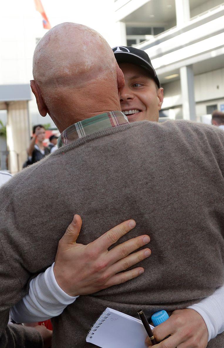 Drievoudig wereldkampioen Niki Lauda in de armen van Bottas. Beeld AP