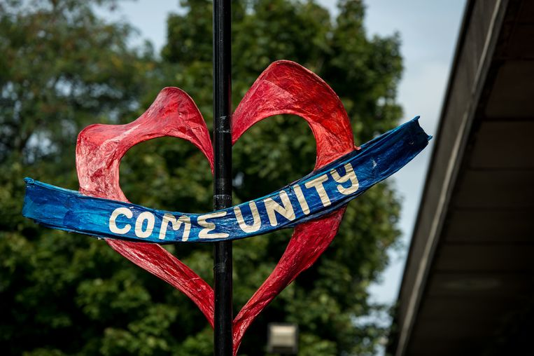 Paper hearts made by the local community are seen on a fence under a dual carriageway in north Kensington, near Grenfell Tower in London on August 24, 2017 ahead of the Notting Hill Carnival.  The art work is being made by local community volunteers as part of a project called Green for Grenfell in which paper hearts, banners, posters and bunting relating to the Grenfell tower tragedy are being made out of recycled materials to adorn the streets in time for the Notting Hill Carnival this coming weekend. / AFP PHOTO / CHRIS J RATCLIFFE Beeld AFP