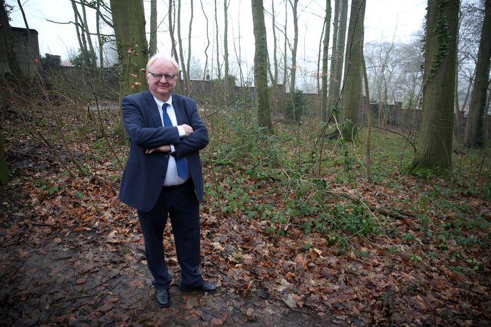 Burgemeester Hugo Vandaele (Lijst Burgemeester) op archiefbeeld in het stukje bos op het Rondenbosdomein dat werd ingericht als natuurbegraafplaats in 2018.