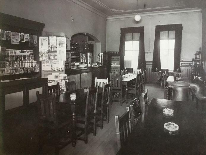 De eersteklas stationsrestauratie in het oude station had iets van een bruin café