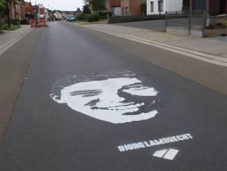 Knesselare is Bjorg niet vergeten: Veel te jong gestorven wielrenner (22) krijgt er straattekening en bloemen op zijn graf