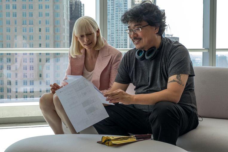 Bong Joon-ho met actrice Tilda Swinton op de set van 'Okja' Beeld RV/Barry Wetcher